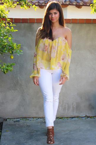 Comment porter: top à épaules dénudées à fleurs jaune, jean blanc, sandales à talons en daim tabac