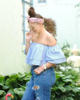 Comment porter: top à épaules dénudées à rayures verticales bleu clair, jean skinny déchiré bleu, bandana rose