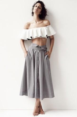 Comment porter: top à épaules dénudées à volants blanc, jupe mi-longue plissée grise