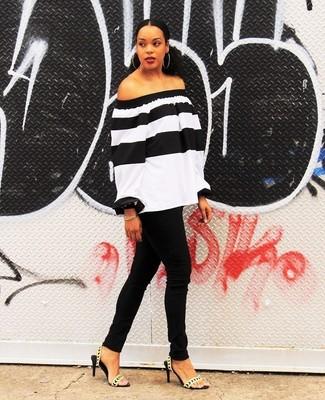 Comment porter: top à épaules dénudées à rayures horizontales blanc et noir, jean skinny noir, sandales à talons en cuir dorées, bracelet doré