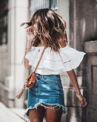 Comment porter: top à épaules dénudées blanc, minijupe en denim bleue, sac bandoulière en daim marron clair