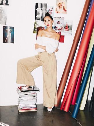 Comment porter: top à épaules dénudées blanc, pantalon large beige, mules en cuir blanches, collier doré