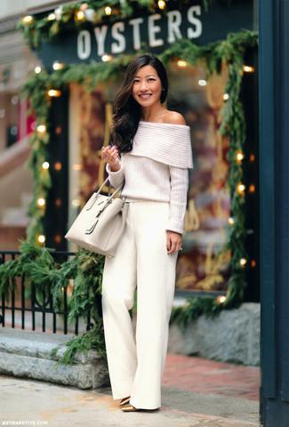 Comment porter: top à épaules dénudées en tricot blanc, pantalon large blanc, escarpins en cuir dorés, sac fourre-tout en cuir beige
