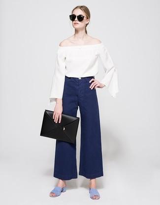 Comment porter: top à épaules dénudées blanc, pantalon large en denim bleu marine, sandales à talons en daim bleu clair, pochette en cuir noire