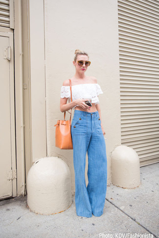 Comment porter: top à épaules dénudées en dentelle blanc, pantalon large en denim bleu, sac bourse en cuir orange, lunettes de soleil marron