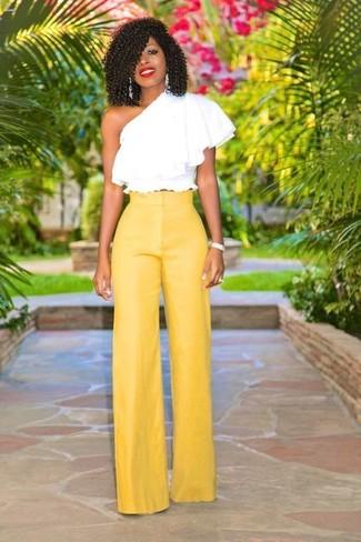 Comment porter un pantalon large jaune: Pense à harmoniser un top à épaules dénudées à volants blanc avec un pantalon large jaune pour obtenir un look relax mais stylé.