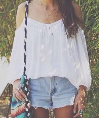 Comment porter un short en denim bleu clair: Essaie de marier un top à épaules dénudées blanc avec un short en denim bleu clair pour un look confortable et décontracté.