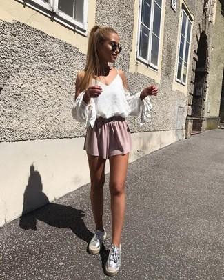Comment porter: top à épaules dénudées blanc, short rose, espadrilles en cuir argentées, lunettes de soleil noires