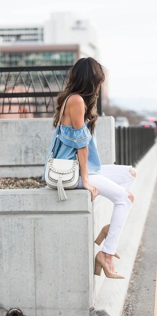 Comment porter: top à épaules dénudées bleu clair, jean déchiré blanc, escarpins en daim marron clair, sac bandoulière en cuir blanc