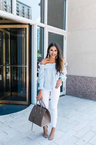 Comment porter: top à épaules dénudées bleu clair, jean déchiré blanc, sandales à talons en daim beiges, sac fourre-tout en cuir gris