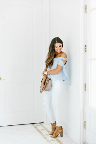 Comment porter: top à épaules dénudées bleu clair, jean skinny déchiré blanc, sandales à talons en daim marron clair, cartable en cuir matelassé beige