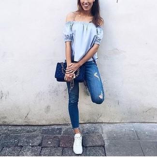 Comment porter: top à épaules dénudées bleu clair, jean skinny déchiré bleu, baskets basses blanches, sac bandoulière en cuir matelassé bleu marine