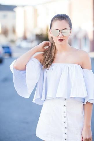 Comment porter: top à épaules dénudées bleu clair, jupe boutonnée blanche, lunettes de soleil argentées