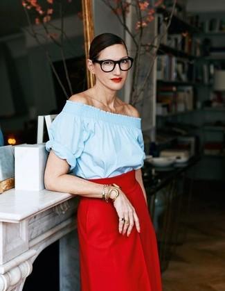 Comment porter: top à épaules dénudées bleu clair, jupe mi-longue rouge, bracelet doré