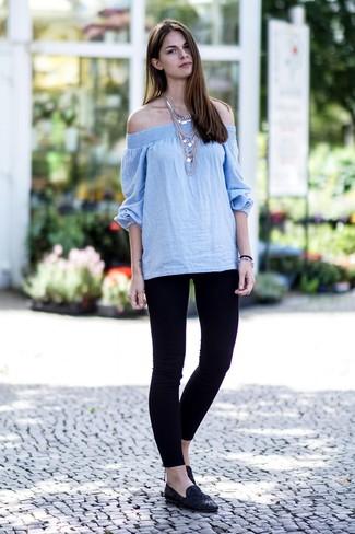 Comment porter: top à épaules dénudées bleu clair, leggings noirs, slippers en daim noirs, collier argenté