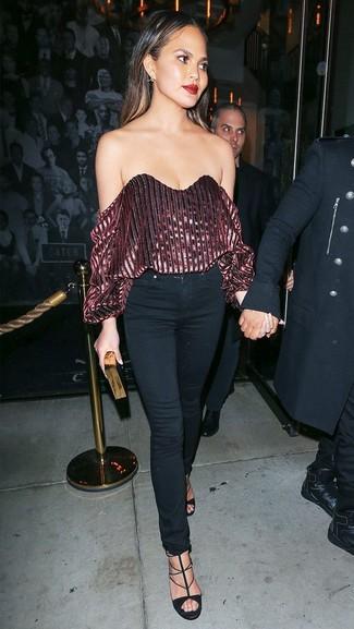 Comment porter: top à épaules dénudées en velours bordeaux, jean skinny noir, sandales à talons en daim noires, pochette noir et doré