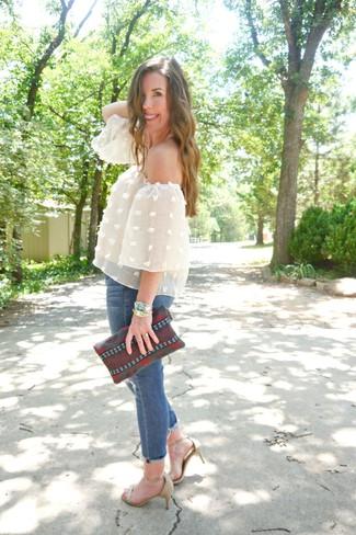 Comment porter un top à épaules dénudées: Choisis un top à épaules dénudées pour une tenue idéale le week-end. Une paire de des sandales à talons en cuir beiges est une option génial pour complèter cette tenue.