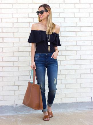 Comment porter: top à épaules dénudées à volants noir, jean déchiré bleu, sandales plates en cuir marron, sac fourre-tout en cuir marron