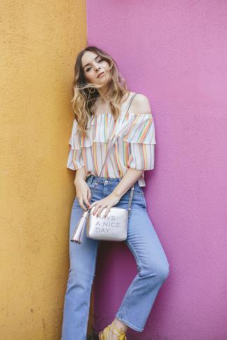 Comment porter: top à épaules dénudées à rayures verticales multicolore, jean bleu clair, sandales spartiates en cuir blanches, sac bandoulière en cuir argenté