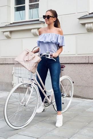 Comment porter: top à épaules dénudées bleu clair, jean skinny bleu marine, baskets basses blanches, sac fourre-tout en cuir rose