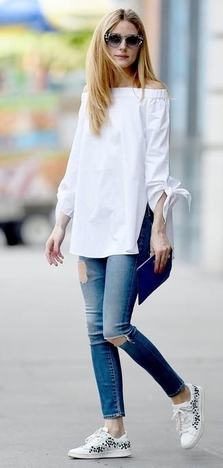 Tenue de Olivia Palermo: Top à épaules dénudées blanc, Jean skinny déchiré bleu, Baskets basses à fleurs blanches, Pochette en cuir bleue