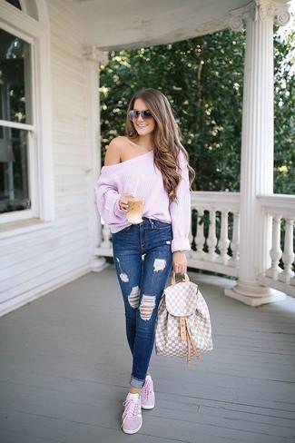 Comment porter: top à épaules dénudées en tricot rose, jean skinny déchiré bleu marine, baskets basses roses, sac à dos en cuir beige