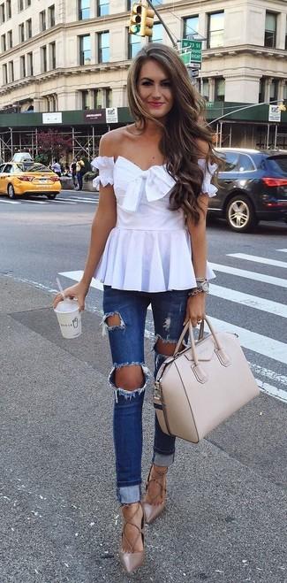Comment porter: top à épaules dénudées blanc, jean skinny déchiré bleu marine, escarpins en cuir marron, sac fourre-tout en cuir beige