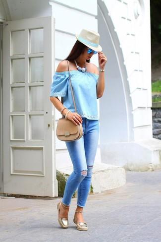 Comment porter: top à épaules dénudées bleu clair, jean skinny déchiré bleu clair, espadrilles dorées, sac bandoulière en daim marron clair