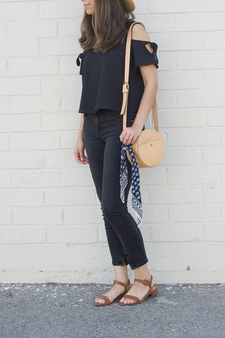 Comment porter: top à épaules dénudées noir, jean skinny noir, sandales à talons en cuir marron, sac bandoulière en cuir marron clair