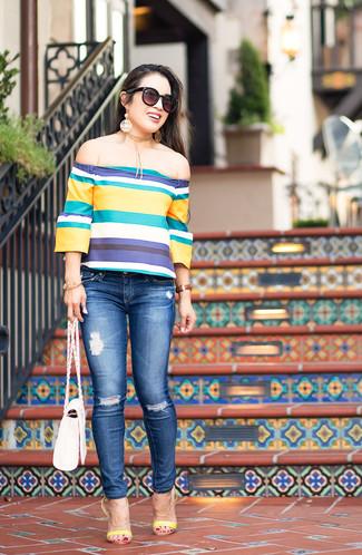 Comment porter: top à épaules dénudées à rayures horizontales multicolore, jean skinny déchiré bleu, sandales à talons en cuir jaunes, sac bandoulière en cuir blanc