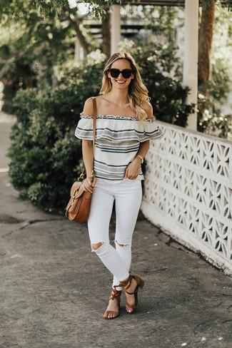 Comment porter: top à épaules dénudées à rayures horizontales gris, jean skinny déchiré blanc, sandales à talons en daim marron, cartable en cuir marron