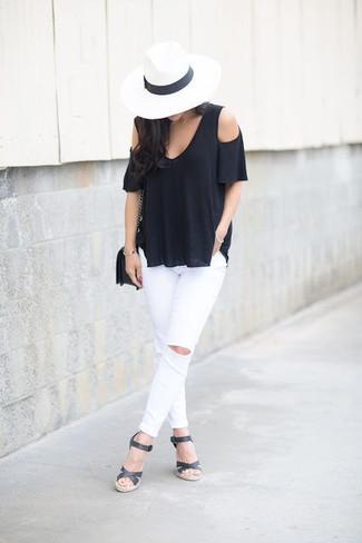 Comment porter: top à épaules dénudées noir, jean skinny déchiré blanc, sandales compensées en cuir noires, sac bandoulière en cuir noir