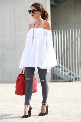 Comment porter: top à épaules dénudées blanc, jean skinny déchiré gris foncé, sandales compensées en cuir noires, sac fourre-tout en cuir rouge