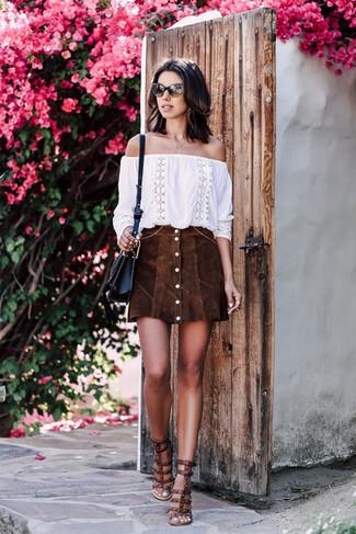 Comment porter un top à épaules dénudées: Marie un top à épaules dénudées avec une jupe boutonnée en daim marron foncé pour un look idéal le week-end. Une paire de des sandales à talons en cuir à clous marron foncé est une option avisé pour complèter cette tenue.