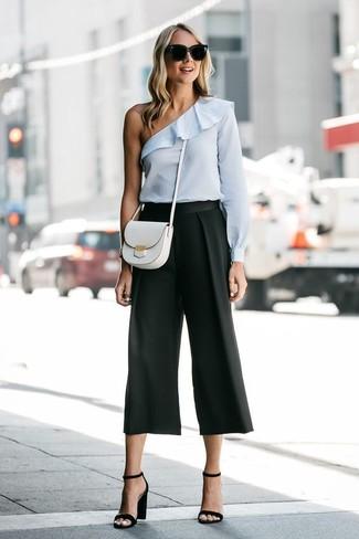 Comment porter: top à épaules dénudées bleu clair, jupe-culotte noire, sandales à talons en cuir noires, sac bandoulière en cuir blanc