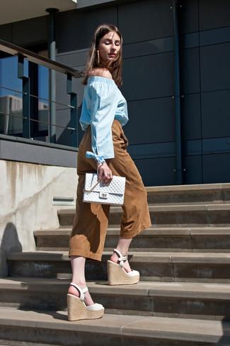 Comment porter: top à épaules dénudées bleu clair, jupe-culotte en daim tabac, sandales compensées en cuir blanches, pochette matelassée blanche