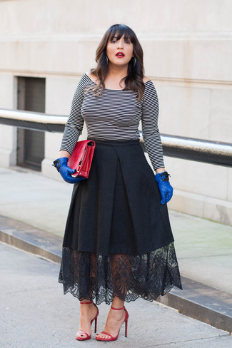 Comment porter: top à épaules dénudées à rayures horizontales blanc et noir, jupe évasée en dentelle noire, sandales à talons en cuir rouges, pochette en cuir rouge