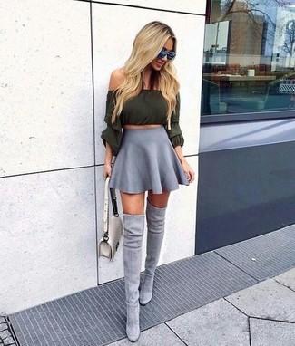 Comment porter: top à épaules dénudées olive, jupe patineuse grise, cuissardes en daim grises, sac bandoulière en cuir matelassé beige
