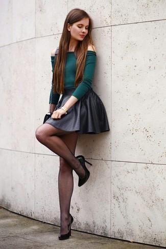 Comment porter: top à épaules dénudées vert foncé, jupe patineuse gris foncé, escarpins en cuir noirs, sac bandoulière en cuir noir