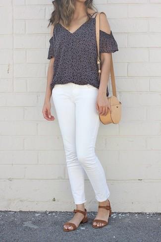 Comment porter: top à épaules dénudées à fleurs noir, jean blanc, sandales à talons en daim marron, sac bandoulière en cuir marron clair