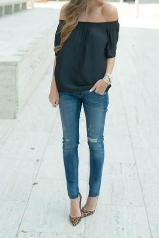 Comment porter: top à épaules dénudées noir, jean skinny déchiré bleu, escarpins en daim imprimés léopard marron
