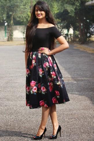 Comment porter: top à épaules dénudées noir, jupe évasée à fleurs noire, escarpins en cuir noirs