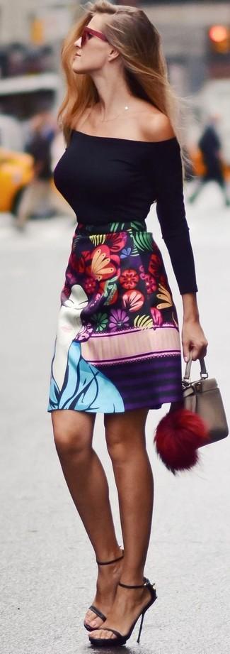 Comment porter: top à épaules dénudées noir, jupe trapèze à fleurs multicolore, sandales à talons en cuir noires, lunettes de soleil bordeaux