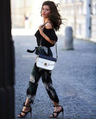 Comment porter un top à épaules dénudées: Pense à opter pour un top à épaules dénudées et un pantalon carotte imprimé noir pour une tenue raffinée mais idéale le week-end. Une paire de des sandales à talons en cuir noires est une option génial pour complèter cette tenue.