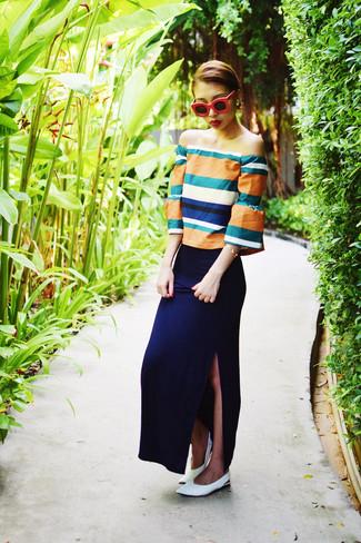Comment porter: top à épaules dénudées orange, jupe longue bleu marine, ballerines en cuir blanches, lunettes de soleil rouges