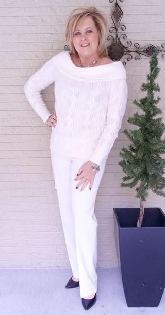 Comment porter: top à épaules dénudées en tricot blanc, pantalon de costume blanc, escarpins en cuir noirs, collier argenté