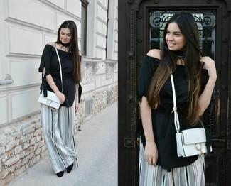 Comment porter: top à épaules dénudées noir, pantalon large à rayures verticales blanc et noir, escarpins en daim noirs, sac bandoulière en cuir blanc