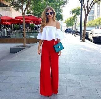 Comment porter: top à épaules dénudées blanc, pantalon large rouge, escarpins en cuir rouges, sac bandoulière en cuir bleu canard
