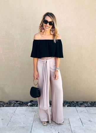 Comment porter un top à épaules dénudées: Marie un top à épaules dénudées avec un pantalon large rose pour un look de tous les jours facile à porter. Une paire de des sandales compensées en toile noires est une option judicieux pour complèter cette tenue.
