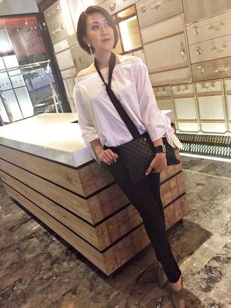 Comment porter une cravate: Marie un top à épaules dénudées blanc avec une cravate pour une tenue relax mais stylée. Une paire de des mules en cuir grises apportera une esthétique classique à l'ensemble.